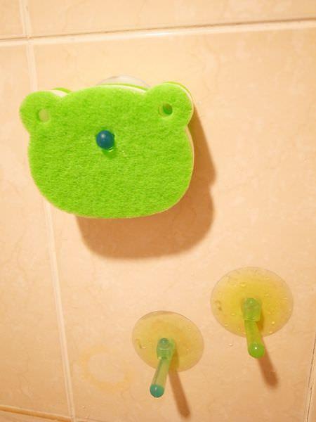Daiso大創好物-大創浴室小物-海綿-刷子-掛勾-刮刀-消臭貼-青蛙海綿-粉撲清潔劑-女性生理清潔劑 (64)